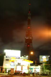 消灯した東京タワーと煌々と照る街の灯